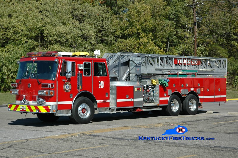 <center> RETIRED <br> Bellevue-Dayton  Truck 210 <br> x-Dayton FD, KY  <br> 1994 Sutphen 1500/350/104' <br> Greg Stapleton photo </center>