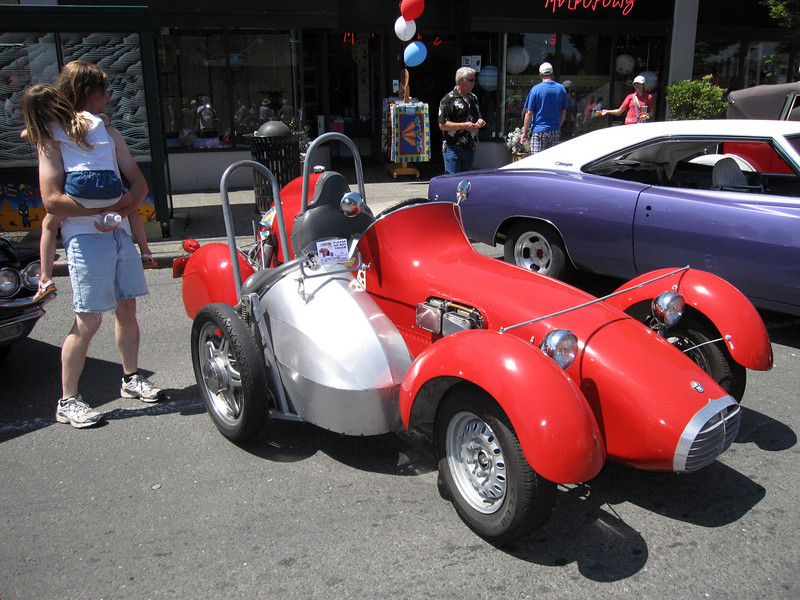 Alfa Romeo roadster with a sidecar!