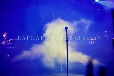 Christophe show in Salle Pleyel, Paris, Feb 2017 A la fin du show Christophe s'assoit, puis disparait dans un nuage de fumée. Un tour monté par son ami le magicien Dani Lary.