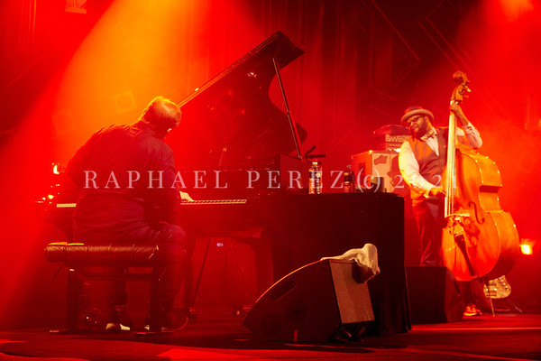 Gregory Porter concert during Jazz à la Villette in Paris. September 2017. From the back, pianist Chip Crawford. Double bassist Jahmal Nichols in background.
