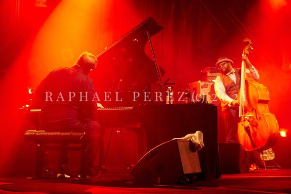 Gregory Porter concert during Jazz à la Villette in Paris. September 2017. From the back, pianist Chip Crawford. Double bassist Jahmal Nichols in background.
