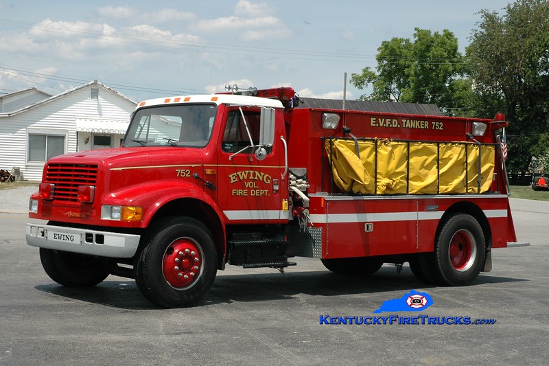 <center> Ewing Tanker 752  <br> x-Camp Springs, KY <br> 1989 International 4900/Summit 250/1500 <br> Greg Stapleton photo <br> </center>