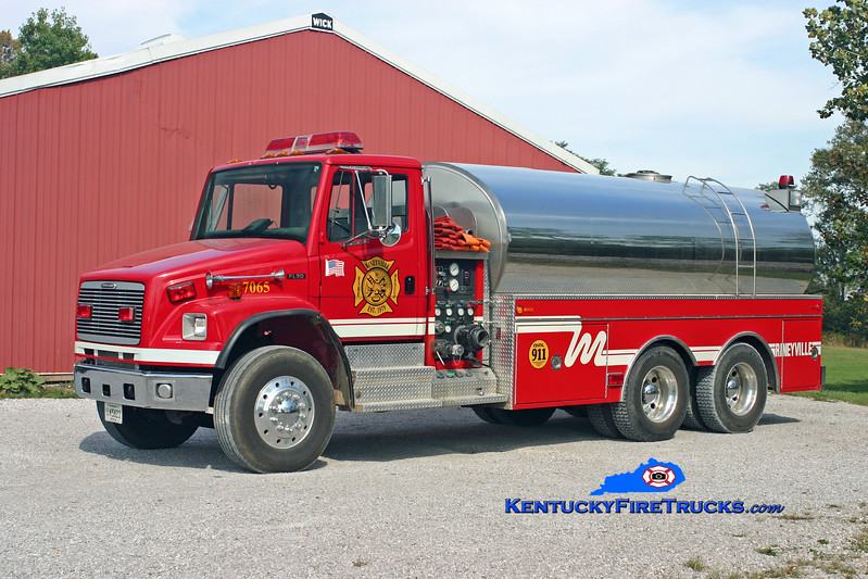 <center> Rineyville  Tanker 7065 <br> 2000 Freightliner FL80/Bluegrass 750/3500 <br> Kent Parrish photo </center>