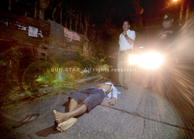 Davao City Mayor Rodrigo Duterte responds to crime scene