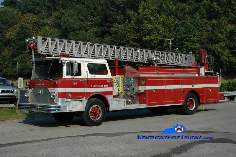 <center> Hindman  Ladder 150 <br> x-River Forest, IL <br> 1973 Mack CF/Pirsch 1000/200/100' <br> Greg Stapleton photo </center>