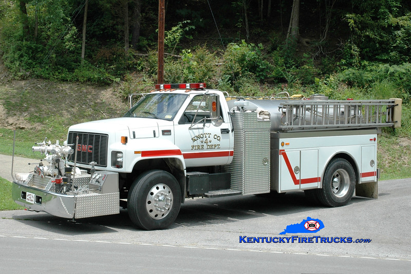 <center> Knott County  Engine 4 <br> 2000 GMC 8500/Bluegrass 1000/1500 <br> Greg Stapleton photo </center>
