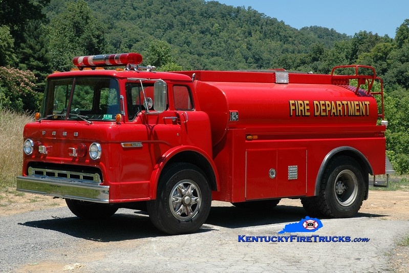 <center> Stinking Creek  Tanker 4 <br> x-Oakvale, WV <br> 1988 Ford C/Oilmen's Tank 250/2000 <br> Greg Stapleton photo </center>