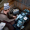 Antti Sarre huoltaa moottoria, Inarijärvi kesäkuu 1986