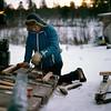 Antti Sarre korjaa rekeä, Kirakkavuono tammikuu 1985_Fixar släden, januari_ Fixins sledge, january