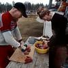 Esko Aikio och Pekka paloittelevat poronlihaa, toukokuu 2001_ Esko Aikio och Pekka skär renköttet_ Esko Aikio  and Pekka cutting reindeer meat