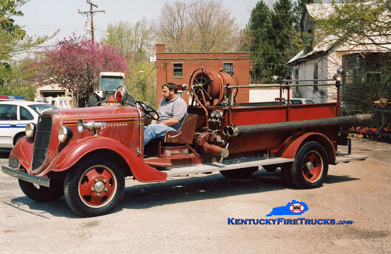 <center> Hodgenville Parade Engine  <br> 1935 Ford/Buffalo 250/300 <br> Kent Parrish photo </center>