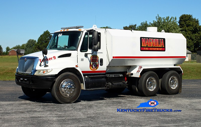 <center> Magnolia  Tanker 9 <br> 2001 International 4300/Local 250/3000 <br> Kent Parrish photo </center>