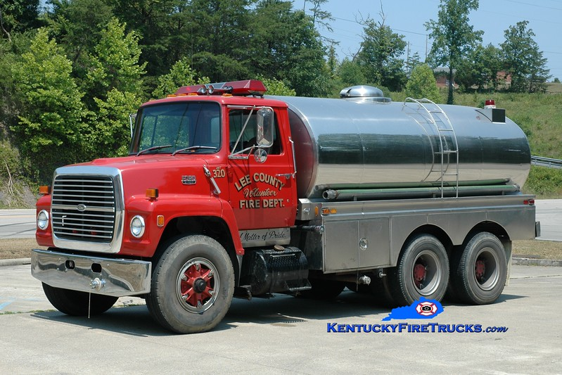<center> RETIRED <br> Lee County  Tanker 320  <br> 1981 Ford L/Bluegrass 300/2600 <br> Greg Stapleton photo <br> </center>