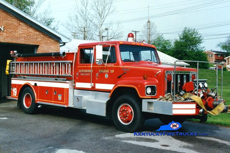 <center> RETIRED <br> Lexington  Engine 19 <br> 1986 International/Steeldraulics 1000/1000 <br> Greg Stapleton photo </center>
