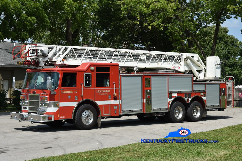 Lexington Reserve Ladder 17<br /> x-Ladder 1 <br /> 2003 Pierce Dash 105' <br /> Greg Stapleton photo