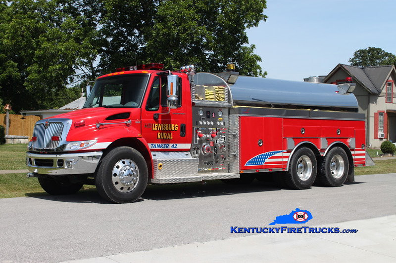 <center> Lewisburg Rural  Tanker 42  <br> 2004 International 4400/Bluegrass 1000/3000 <br> Kent Parrish photo <br> </center>