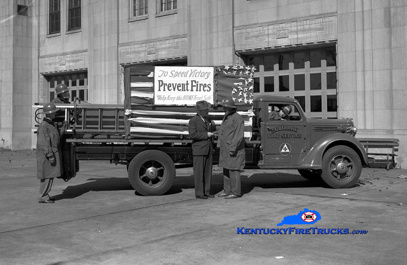 Louisville Auxiliary Fire Service  Engine 17A<br /> 1941 Diamond T <br /> Kent Parrish collection