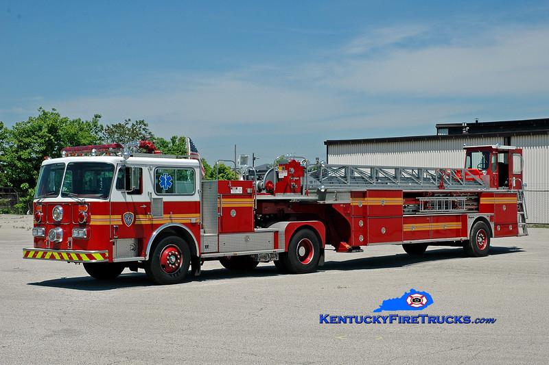 <center> Louisville  Training Truck Company <br> x-St. Matthews, KY <br> 1986 Seagrave HT 100'  <br> Kent Parrish photo </center>