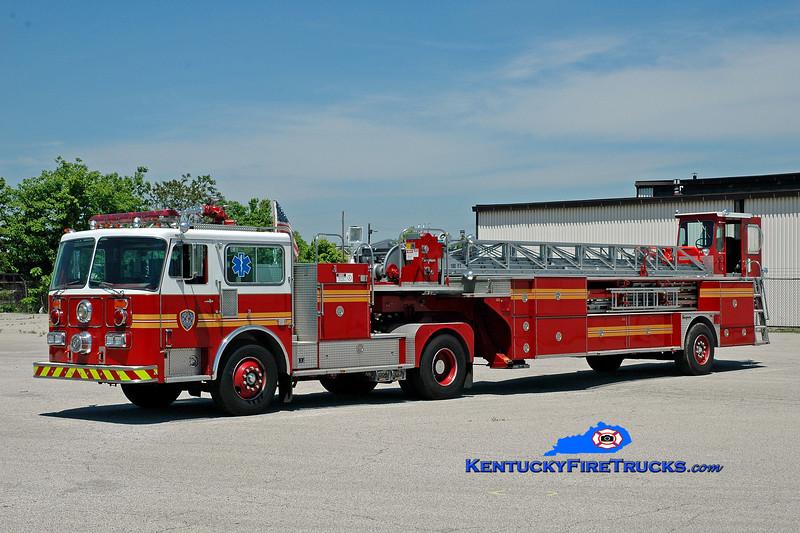 <center> Louisville  Training Truck Company <br> x-St. Matthews, KY <br> 1986 Seagrave HT 100'  <br> Kent Parrish photo </center>