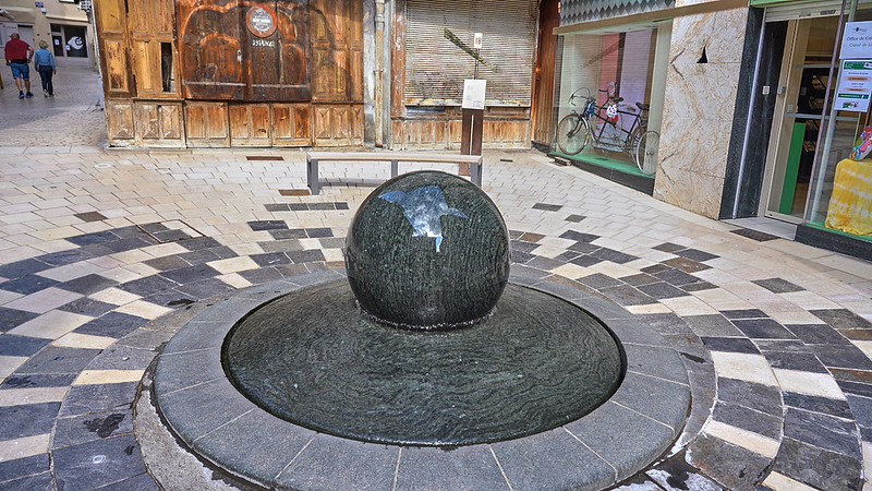 Revolving ball fountain