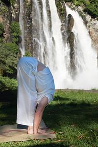 Uttanasana devant la cascade Niagara