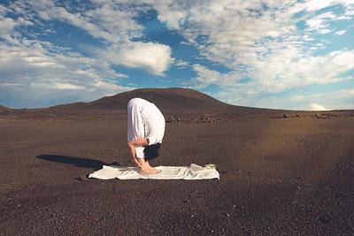 La posture de la cigogne (Uttanâsana) au volcan