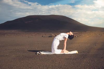 La posture du chameau (Ushtrasana) au volcan
