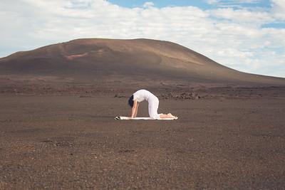 La posture du chat (Marjarâsana) au volcan