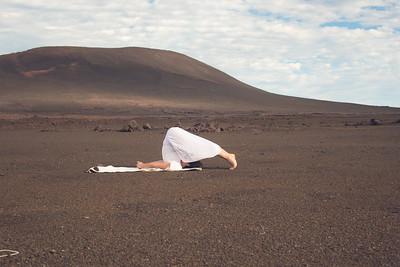 La posture de la Charrue (Halāsana) au volcan