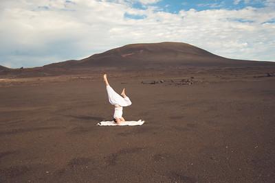 La posture sur la tête (Salamba Sirsasana) au volcan