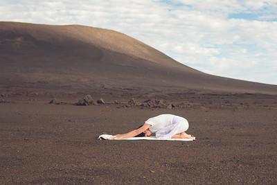 Une posture de l'Enfant Bālasāna au volcan