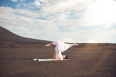La posture de la chandelle (Sarvangâsana) au volcan