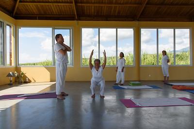 Posture Utkatâsana durant un cours à Sainte-Suzanne