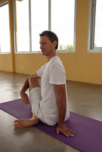 La posture de la torsion assise, Vakrasana