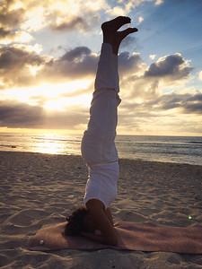 La posture Sirsasana sur une plage à la Réunion