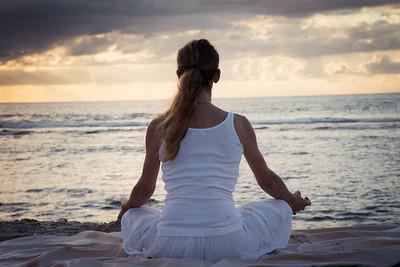 Posture de méditation sur une plage à la Réunion