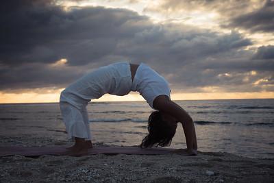 La posture Chakrasana sur une plage à la Réunion