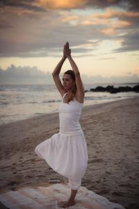 La posture de l'Arbre (Vrksâsana) sur une plage à la Réunion