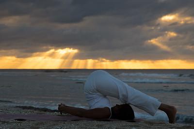 Posture de Yoga sur une plage à la Réunion