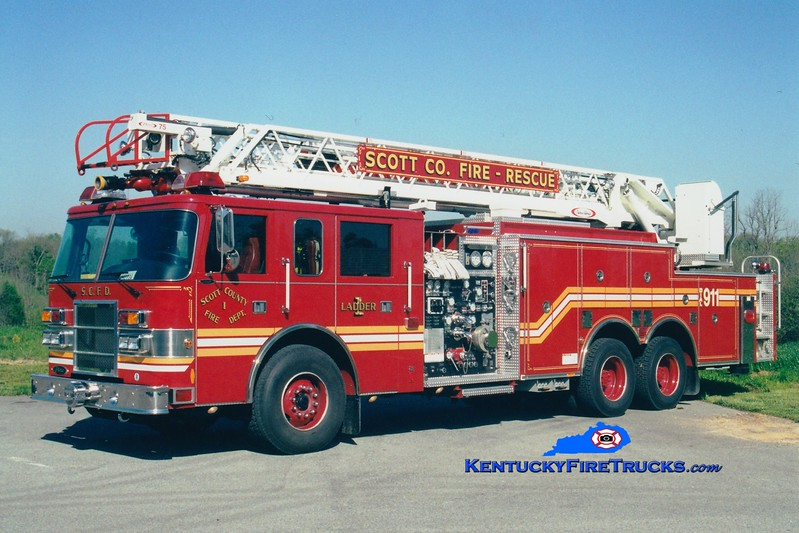 <center> Scott County  Ladder 1  <br> 2000 Pierce Dash 1500/500/75' <br> Greg Stapleton photo </center>