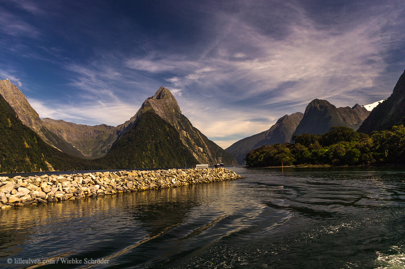 Mitre Peak is with its 1682 meters above sea level the highest mountain in the Fiordland Nationalpark. It got its name due to its shape reassembling the mitre of a bishop.