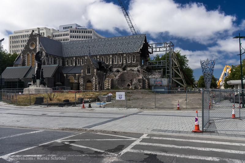 In 2013, almost two years after the aftershock that had destroyed large parts of Christchurch's city center in 2011 and killed 185 as well as leaving several thousands injured, the neo-gothic Cathedral layed still in ruins.
