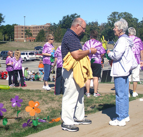 Jerry Bonser, Agency and Ana Peck of Ottumwa talk about challenges faced by Alzheimer's Disease caregivers. The Saturday fundraiser brought in more than $5,000.<br /> Mark Newman