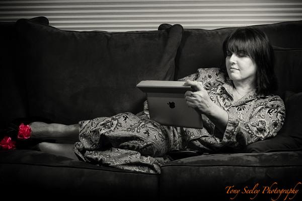 061 Lisa with iPad - Home
