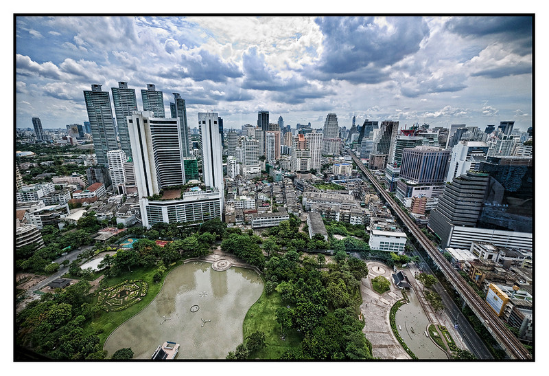 Sun 1 Aug - Birds view<br /> <br /> Sunday dimsum lunch at Emporium on 27th floor. From here a great view over the city along Sukhumvit and the sky train towards Siam and Central shopping malls