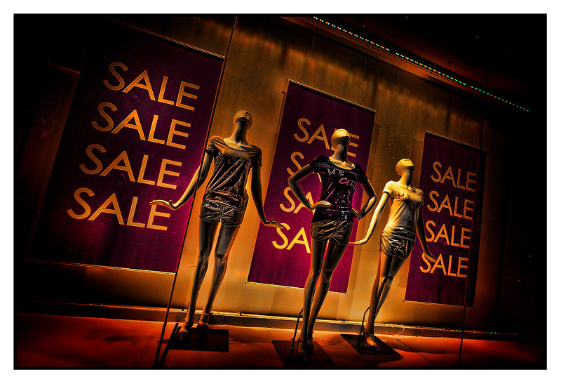 Sat 10 July - Sale<br /> <br /> Saturday relaxing and walking around town before meeting up with Wolfgang and Karsten at Paulaner Xintiandi. Guys and me tired so we made it an early nigth. Walked half way back to Pelle when i passed this clothes store on Huaihai rd