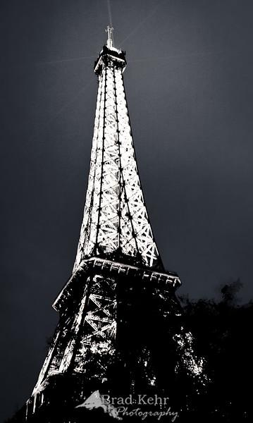 Tour d'Eiffel - Paris, France.<br /> <br /> 24mm - f/2.8 @ 1/10 - ISO 400 (no tripod)