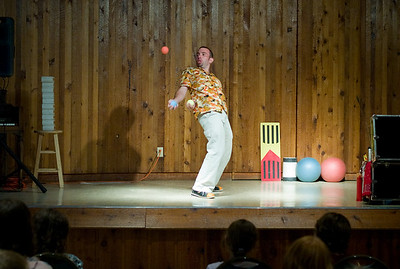 The juggler gave a show for everybody