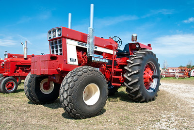 Big n Red Tractor_MLD7733