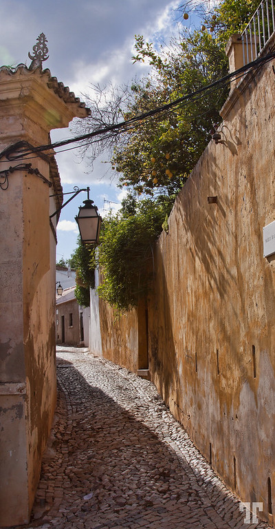 narrow-street-silves-portugal